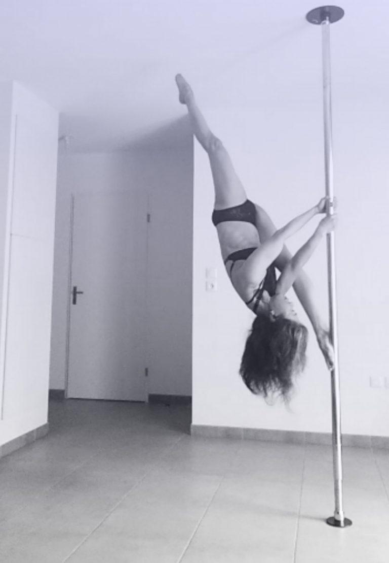 Reiko Split pole dance