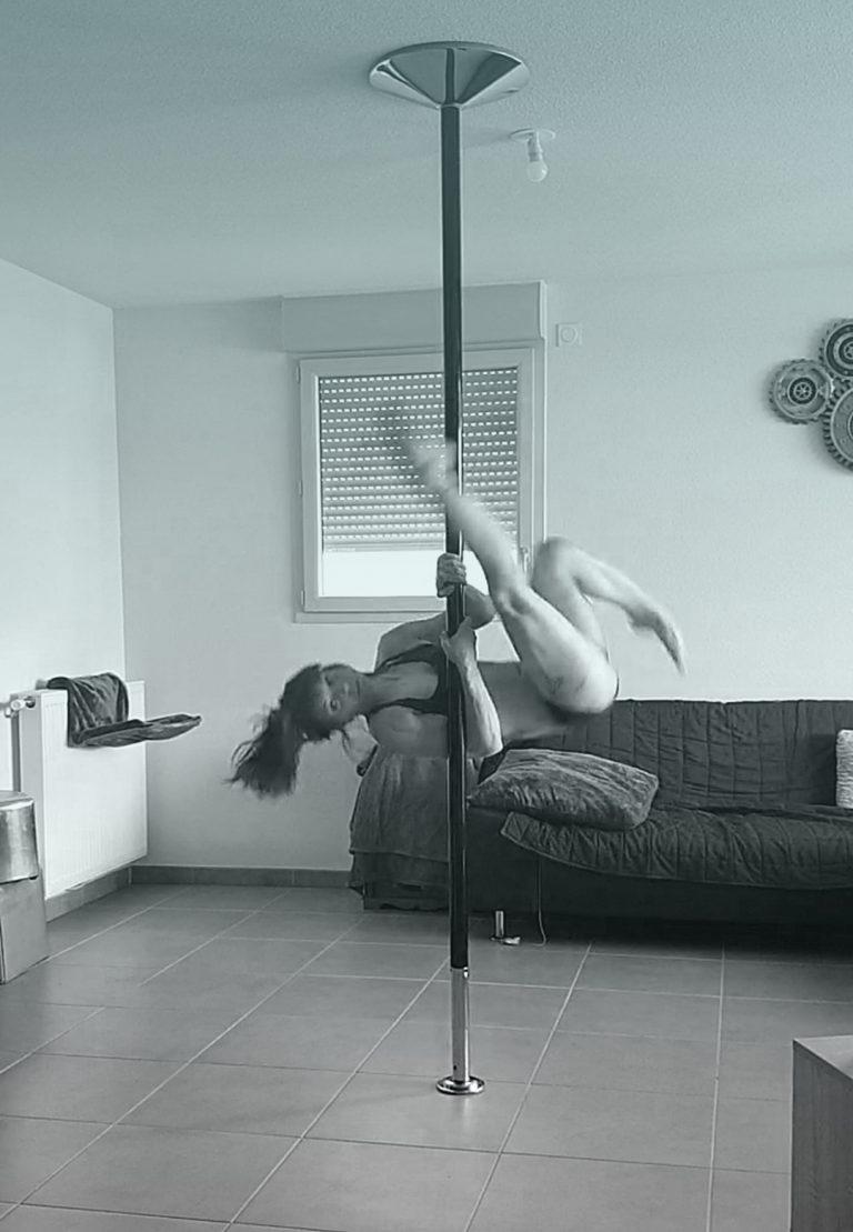 Saut de biche pole dance