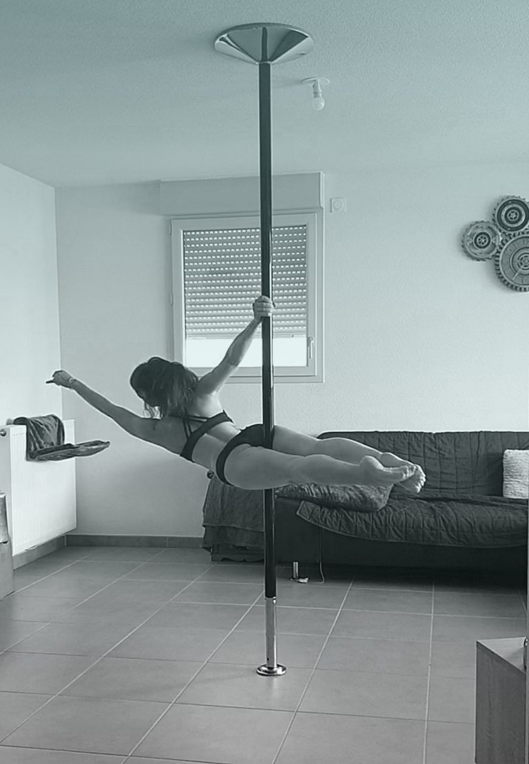 Superman Jamila pole dance